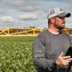 bayer-plus-farmer-in-field-with-ipad